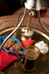 O cafea cu aroma puternica si zat pe fundul paharului, cafeaua la nisip de la Ramayana Cafe este servita intr-un autentic set de cafea turcesc.