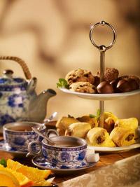 High tea, un platou de mini pateuri, prajiturele si macarons, insotit de doua ceaiuri la alegere.