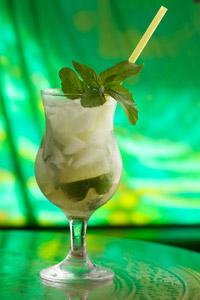 Poti servi la Ramayana cocktailuri Mojito proaspat preparate cu menta.