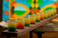 Shoturi alcoolice curcubeu, servite pe o bucata de lemn de 1 metru la Cafe Ramayana Bucharest.